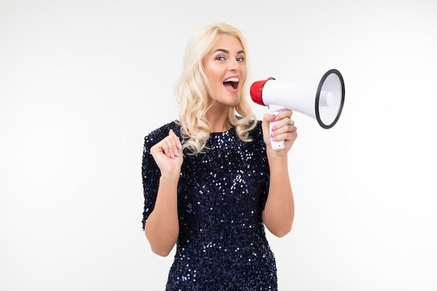 Mulher loira de vestido anuncia notícias usando um alto-falante em um fundo branco com espaço de cópia.
