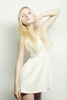 Mulher loira de vestido branco