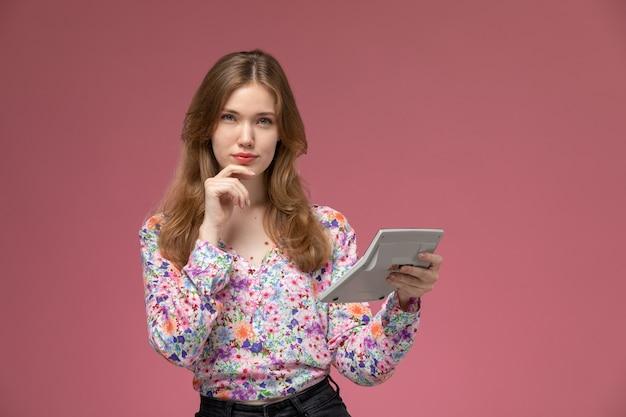 Mulher loira de visão frontal pensando em calcular algo