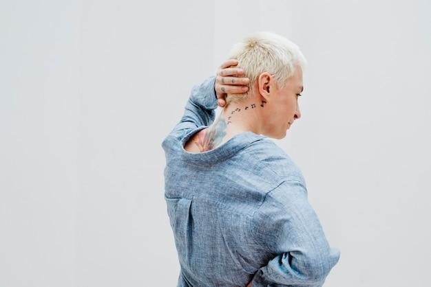 Mulher loira descolada com uma camisa de linho azul