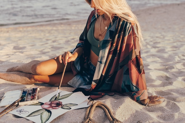 Mulher loira desenho aquarela flor por pincel na praia