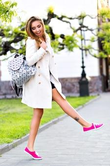 Mulher loira deslumbrante caminhando sozinha no centro da cidade,