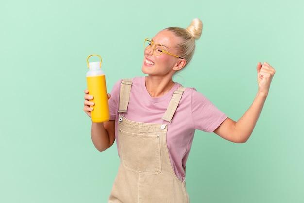 Mulher loira e bonita com uma garrafa térmica de café