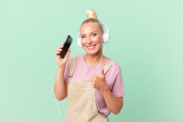 Mulher loira e bonita ouvindo música com fones de ouvido