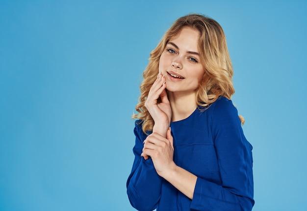Mulher loira elegante com vestido azul vista recortada estilo de vida.