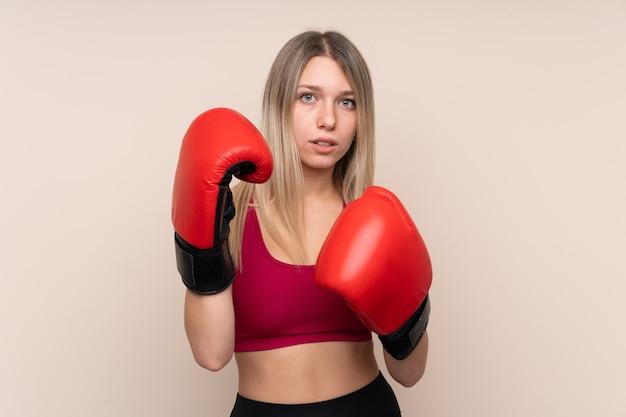 Mulher loira esporte sexy com luvas de boxe