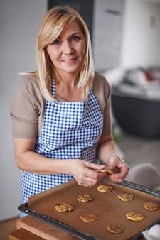 Mulher loira fazendo biscoitos