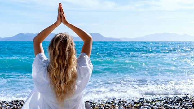 Mulher loira fazendo yoga