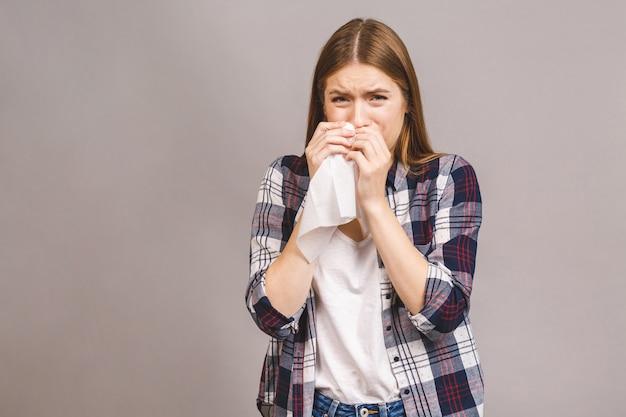 Mulher loira jovem doente em casual com dor de garganta, dor de garganta, conceito de deglutição dolorosa. inflamação do trato respiratório superior.