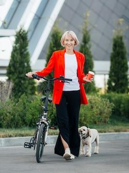 Mulher loira levando seu cachorro para passear