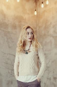 Mulher loira linda camisola bege