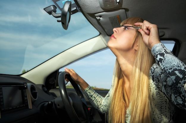 Mulher loira maquilhada a conduzir