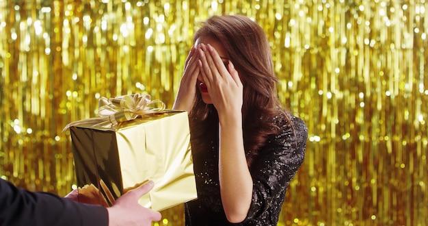 Mulher loira morena jovem vestido elegante, recebendo presentes