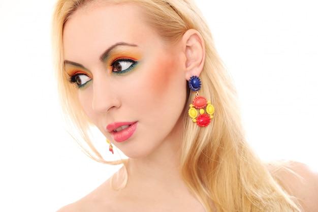 Mulher loira mostrando seu olhar bonito colorido