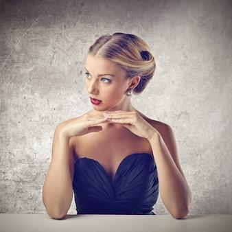 Mulher loira muito elegante