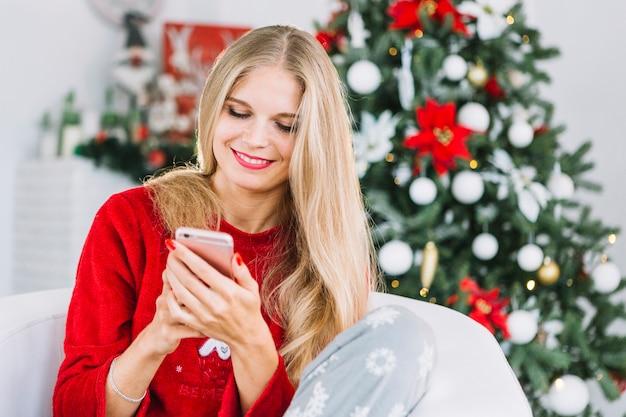 Mulher loira na camisola com telefone
