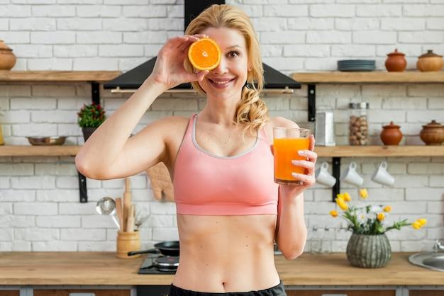 Mulher loira na cozinha com frutas