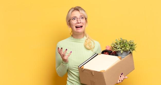 Mulher loira parecendo desesperada e frustrada, estressada, infeliz e irritada, gritando e gritando