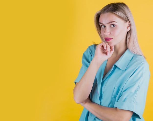 Mulher loira posando com espaço de cópia