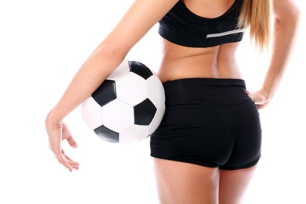 Mulher loira posando com futebol