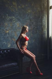 Mulher loira posando em vermelho sexy