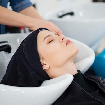 Mulher loira relaxada recebendo o cabelo feito
