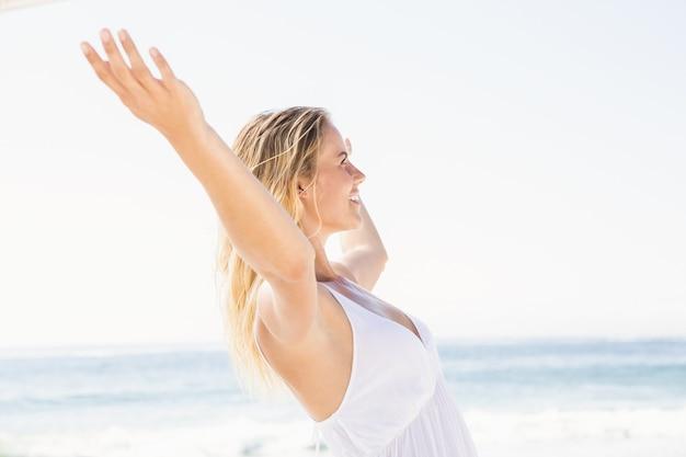 Mulher loira relaxando na praia