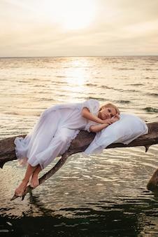 Mulher loira romântica dormindo no ar fresco