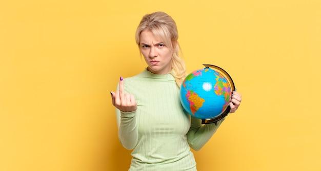 Mulher loira se sentindo irritada, irritada, rebelde e agressiva, sacudindo o dedo do meio, lutando de volta