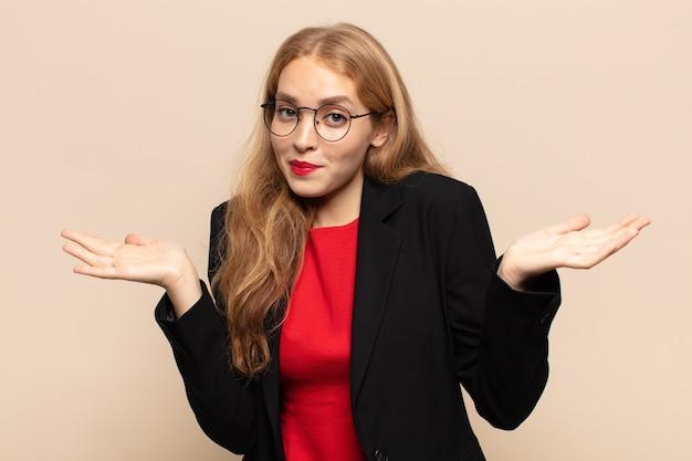 Mulher loira se sentindo perplexa e confusa, duvidando, ponderando ou escolhendo diferentes opções com expressão engraçada
