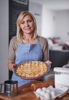 Mulher loira segurando bolo