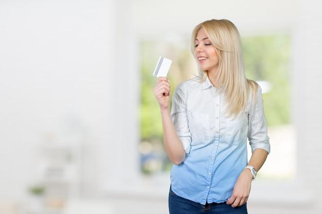 Mulher loira, segurando, cartão crédito