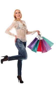 Mulher loira segurando sacolas de compras