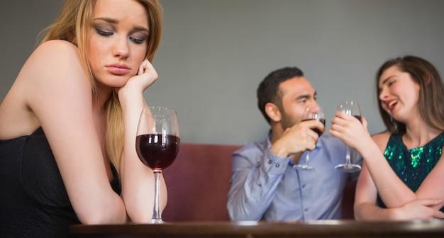 Mulher loira sentindo inveja de duas pessoas estão flertando ao lado dela Foto Premium