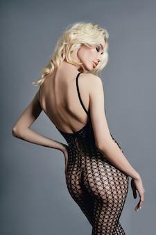 Mulher loira sexy nua em lingerie bodysuit