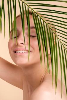 Mulher loira sorridente close-up com folhas