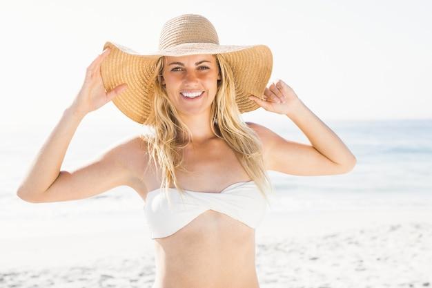 Mulher loira sorridente posando