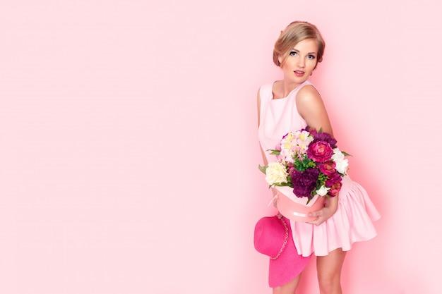 Mulher loira surpresa com caixa de flores