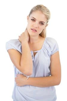 Mulher loira tem um pescoço ruim