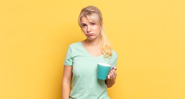 Mulher loira triste e chorona com uma expressão infeliz, chorando com uma atitude negativa e frustrada