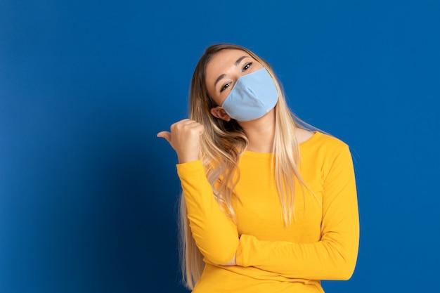 Mulher loira, vestindo uma máscara facial
