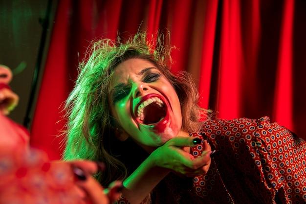 Mulher louca de palhaço de halloween rindo
