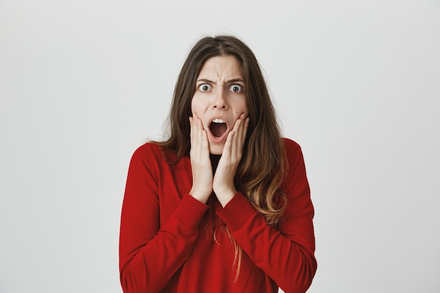 Mulher louca frustrada ouvir más notícias, ofegando e olhando com raiva