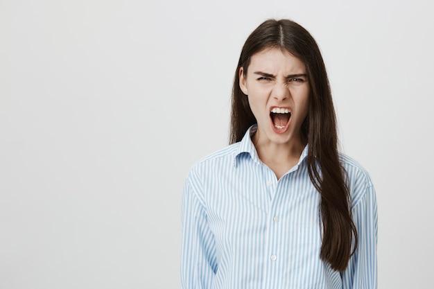 Mulher louca gritando angustiada