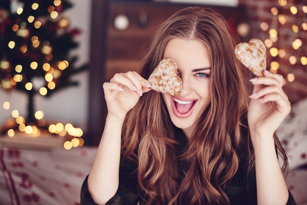 Mulher louca segurando biscoitos na mão