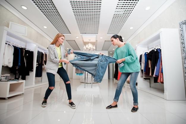 Mulher lutando por uma jaqueta