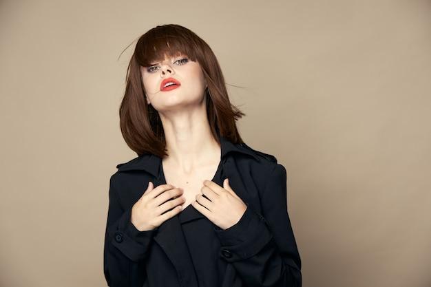 Mulher luxuosa em casaco preto isolada