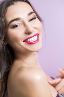 Mulher luxuoso com um sorriso bonito e uns dentes brancos saudáveis.