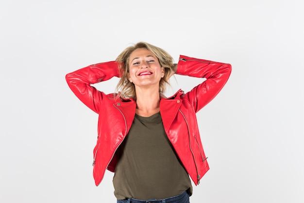 Mulher madura alegre com as mãos na cabeça, isolada no fundo branco