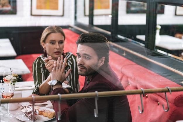 Mulher madura ansiosa usando garfo e homem se recusando a comer